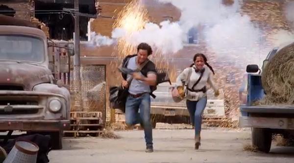 Isabela Moner phải chạy đua liên tục với Mark trên phim trường cháy nổ liên hồi.