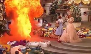 Khán giả 'Phù thủy xứ Oz' tận mắt chứng kiến tai nạn suýt thiêu sống diễn viên