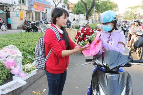 Hoa hong dat vang sieu re o pho hoa 8/3 Sai Gon - Anh 11