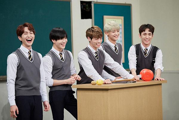 dan-idol-han-so-do-tuoi-xinh-voi-dong-phuc-trong-show-thuc-te-hot-6