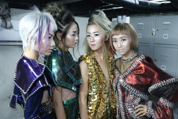 3-co-gai-team-sang-dien-do-dong-dieu-di-su-kien-6