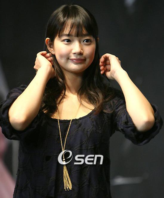 ban-gai-woo-bin-khien-fan-choang-vang-vi-hinh-anh-beo-mup-2