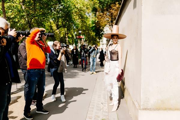 maya-dien-do-di-thu-hut-cac-tay-san-anh-tai-paris-fashion-week-4