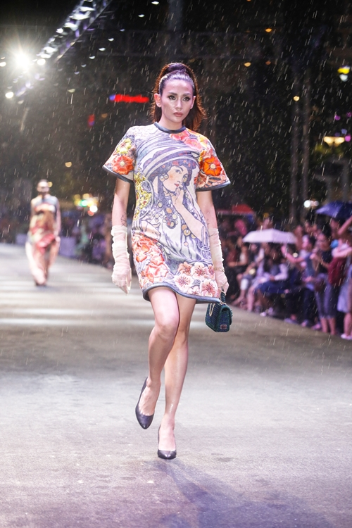dan-sao-khong-chuyen-tu-tin-catwalk-tren-pho-di-bo-nguyen-hue-6