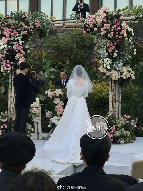 dien-cung-hang-vay-cuoi-song-hye-kyo-trong-gian-di-hon-han-angelababy-1