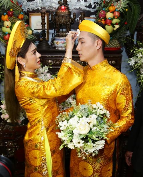 Lâm Khánh Chi thể hiện sự dịu dàng, chu đáo khi giúp chú rể lau mồ hôi trên trán.