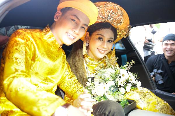 Cặp đôi hạnh phúc lên xe hoa.
