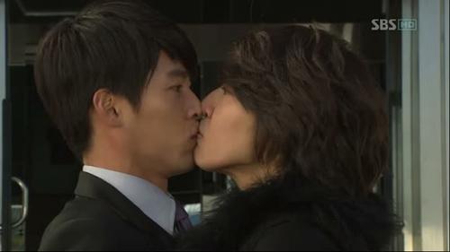 Nụ hôn tai nạn giữa Joo Woo và Oska trongSecret gardentừng một thời gây bão trên các diễn đàn.