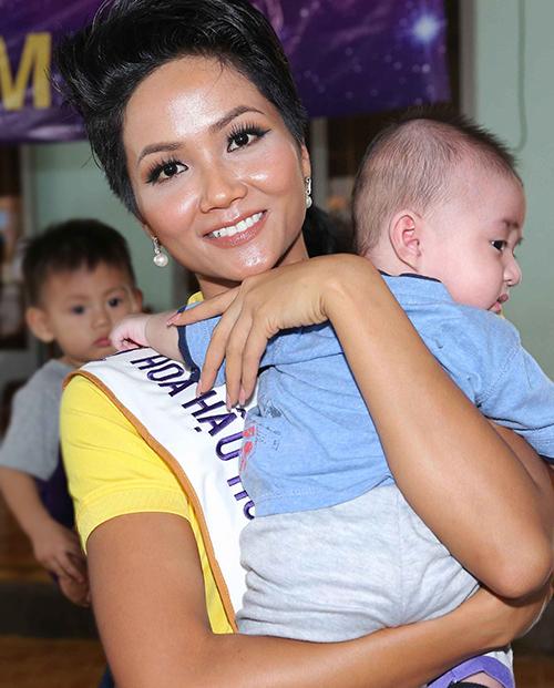 Hoa hậu HHen Niê trang điểm da loang lổ sau đăng quang