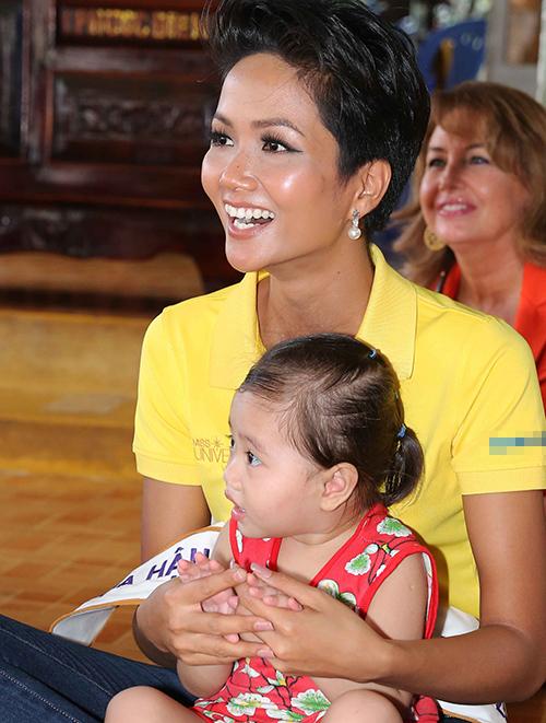 Hoa hậu HHen Niê trang điểm da loang lổ sau đăng quang - 1