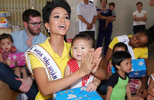 Hoa hậu HHen Niê trang điểm da loang lổ sau đăng quang - 2