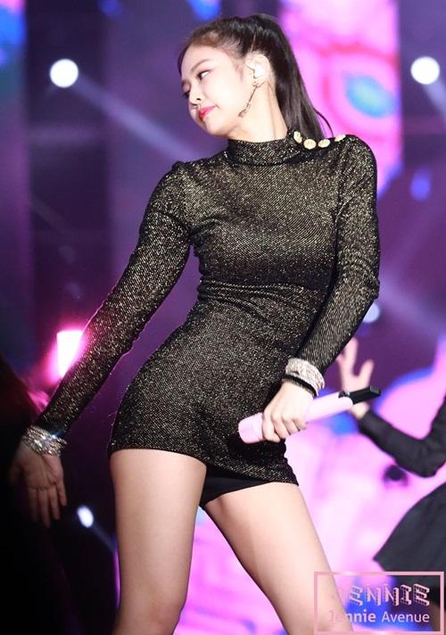 Idol sang chảnh Jennie khoe hình thể với chiếc váy hàng hiệu - 4