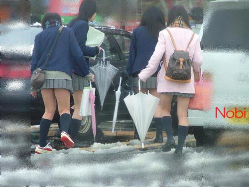 Giữa mùa đông, nữ sinh Nhật Bản vẫn kiên cường mặc váy ngắn đến trường
