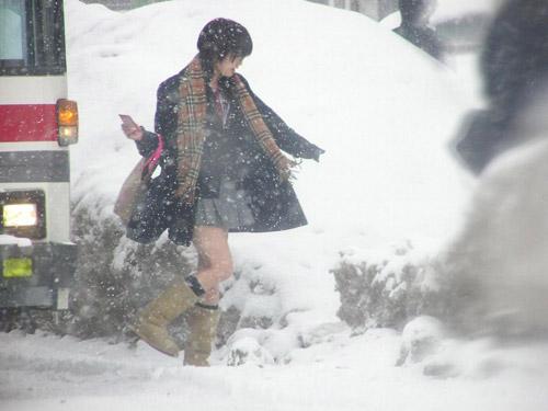 Giữa mùa đông, nữ sinh Nhật Bản vẫn kiên cường mặc váy ngắn đến trường - 7