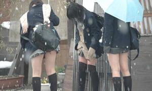 Giữa mùa đông, nữ sinh Nhật Bản vẫn 'kiên cường' mặc váy ngắn đến trường