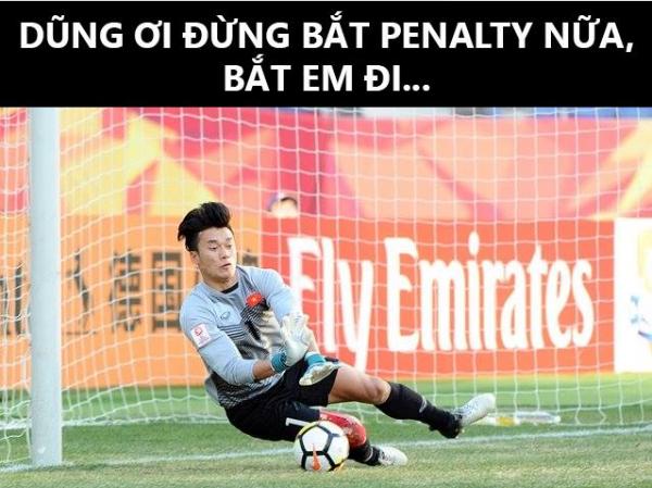 Thủ thành U23 Việt Nam đang được tôn là người hùng của trận đấu.