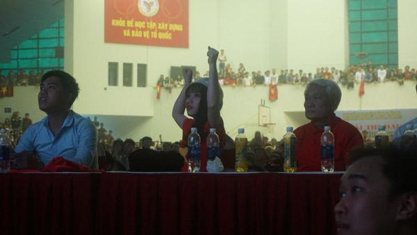 Gái xinh ôm mặt khóc nức nở vì Quang Hải - 1