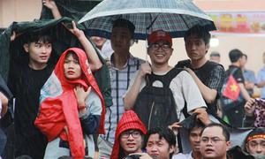 Bạn trẻ Sài Gòn đội mưa gió hòa theo từng nhịp bóng của U23 Việt Nam