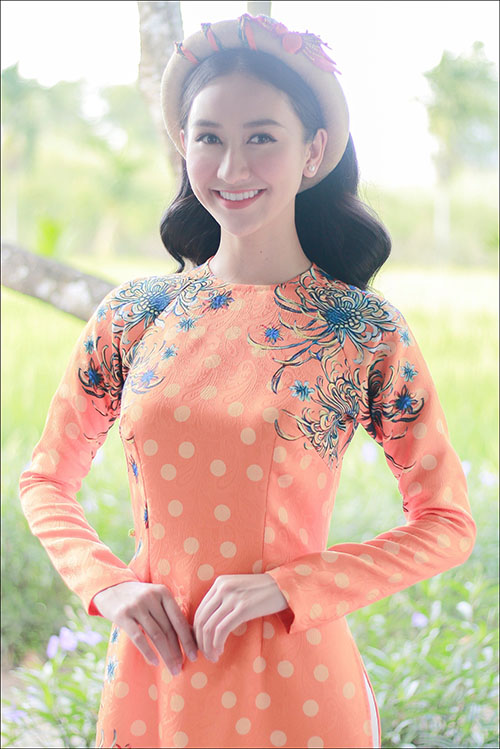 Á hậu Hà Thu khoe giọng hát ngọt trong MV đón Tết 2018