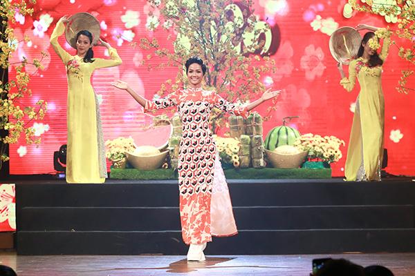 Sau đăng quang, Hoàng Thùy - HHen Niê quay lại làm người mẫu - 5