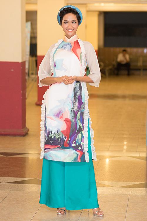Sau đăng quang, Hoàng Thùy - HHen Niê quay lại làm người mẫu - 1