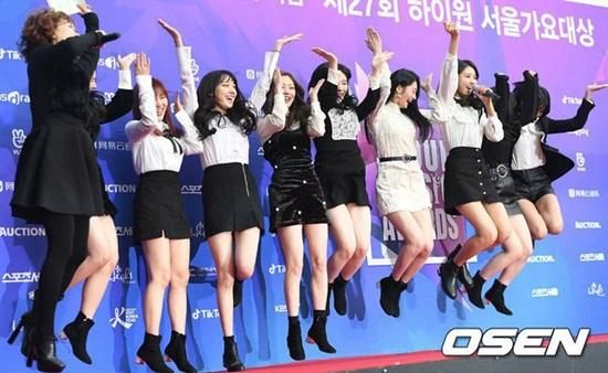 Thảm đỏSeoul Music Awards: Idol ôm nhau vì mặc ít giữa trời lạnh - 4