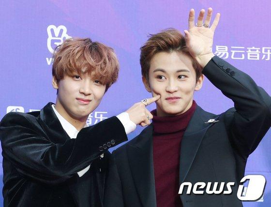 Thảm đỏSeoul Music Awards: Idol ôm nhau vì mặc ít giữa trời lạnh - 3