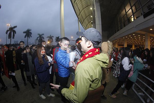 Suốt 7 tiếng đồng hồ, người hâm mộ vẫn chờ U23 Việt Nam không mệt mỏi tại Mỹ Đình - 4