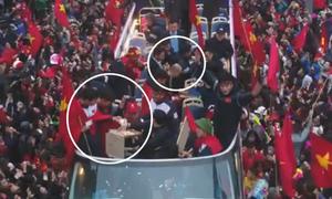 Đội U23 chia nhau từng miếng bánh trên xe diễu hành gây xúc động