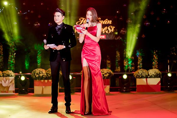 Phạm Hương khoe thân hình chuẩn mực trên thảm đỏ - 6