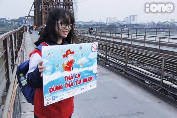 Bất chấp gió lạnh, anh Tây điển trai giúp bạn trẻ Hà Nội dọn rác - 3