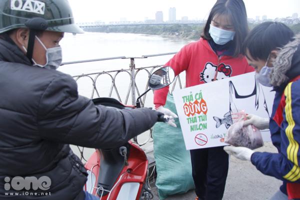 Bất chấp gió lạnh, anh Tây điển trai giúp bạn trẻ Hà Nội dọn rác - 5