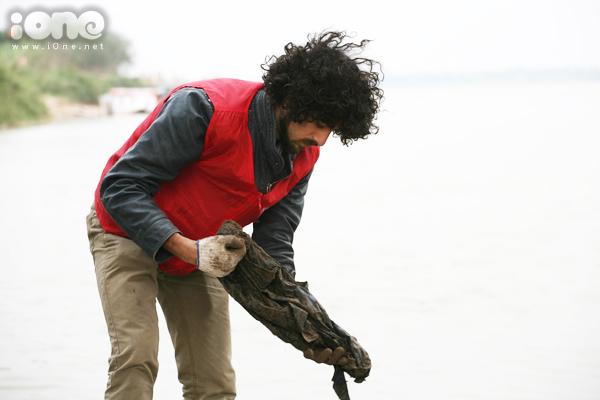 Bất chấp gió lạnh, anh Tây điển trai giúp bạn trẻ Hà Nội dọn rác