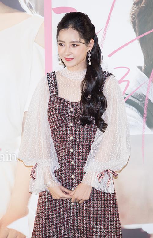 Chi Pu xinh đẹp thu hút truyền thông khi ra mắt phim tại Hàn Quốc - 1