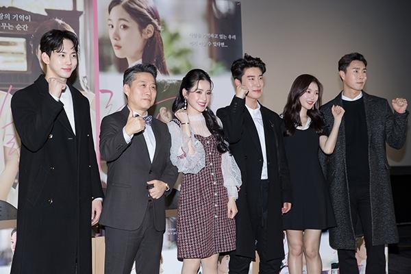 Chi Pu xinh đẹp thu hút truyền thông khi ra mắt phim tại Hàn Quốc - 7