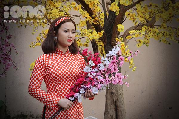 Girl xinh đua nhau diện áo dài xuống phố pose hình xuân - 2