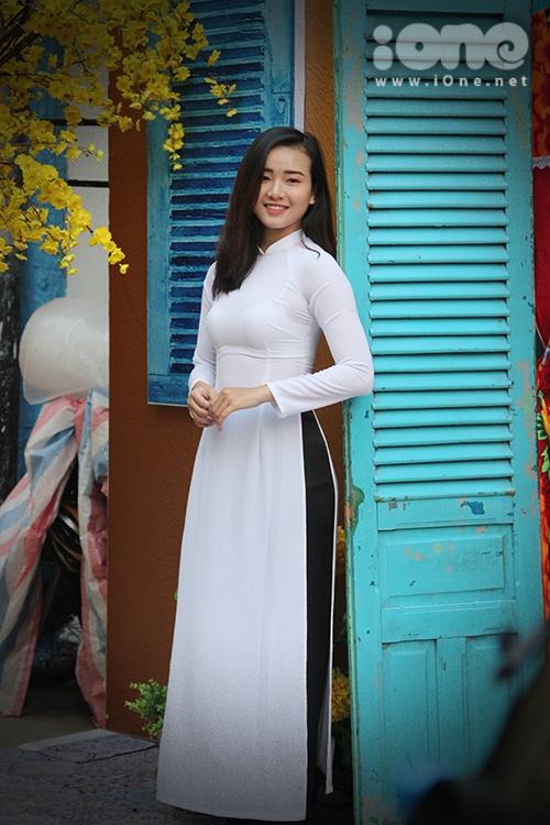 Girl xinh đua nhau diện áo dài xuống phố pose hình xuân - 1