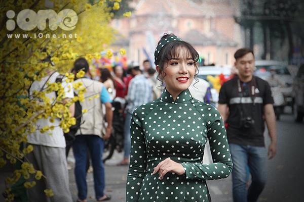 Girl xinh đua nhau diện áo dài xuống phố pose hình xuân - 6