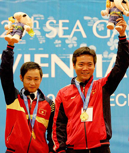 Bùi Tiến Dũng đấu giá găng tay ủng hộ nhà vô địch SEA Games bị ung thư - 1