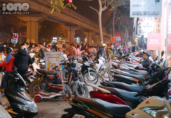 Các phố mua sắm Hà thành bán rẻ như cho, kẹt cứng đến gần nửa đêm - 1