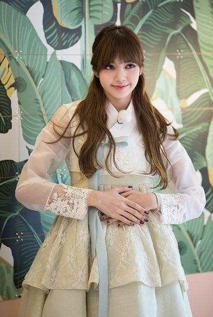 Lisa là người Thái Lan, lần đầu thử mặc đồ truyền thống và cô nang trông rất xinh đẹp.