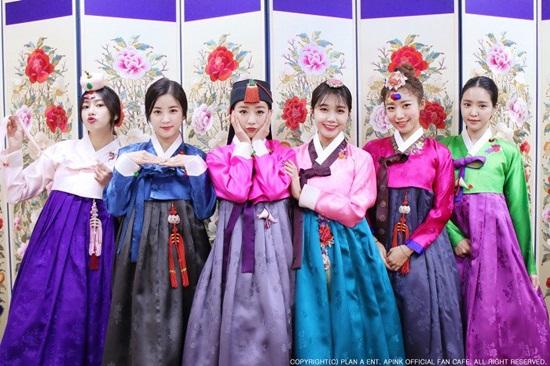 Apink cũng khoe ảnh mặc Hanbok nhân dịp Hàn Quốc đón năm mới.