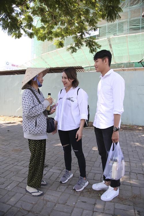 Quang Đăng - Thái Trinh đội nắng tặng quà cho người bán ve chai ngày 8/3 - 2