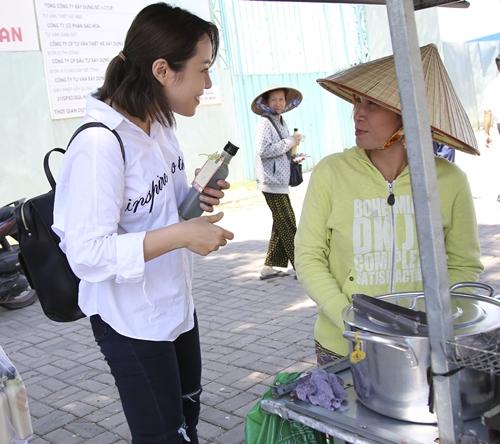 Quang Đăng - Thái Trinh đội nắng tặng quà cho người bán ve chai ngày 8/3 - 3