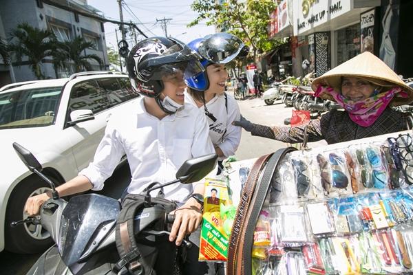 Quang Đăng - Thái Trinh đội nắng tặng quà cho người bán ve chai ngày 8/3 - 5