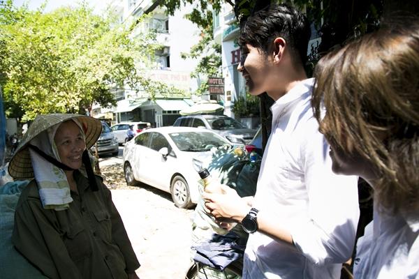 Quang Đăng - Thái Trinh đội nắng tặng quà cho người bán ve chai ngày 8/3 - 6