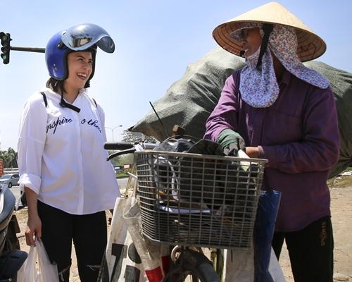 Quang Đăng - Thái Trinh đội nắng tặng quà cho người bán ve chai ngày 8/3 - 7