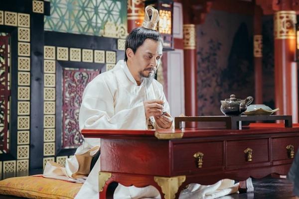 Jo Min Ki đóng vai vua trong Người tình ánh trăng.