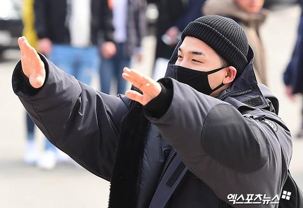 Tae Yang chào tạm biệt người hâm mộ.