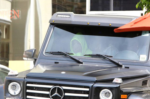 Justin ngồi trong xe khi bố vào mua đồ ăn.
